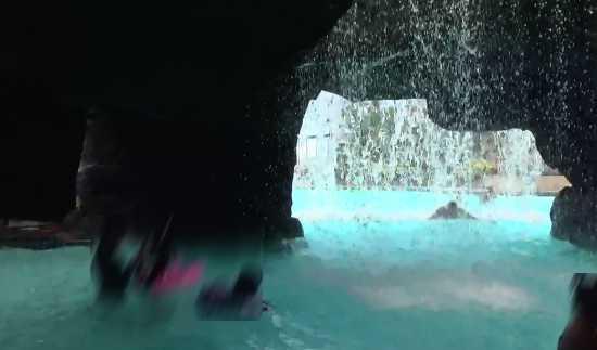 洞窟プールと滝