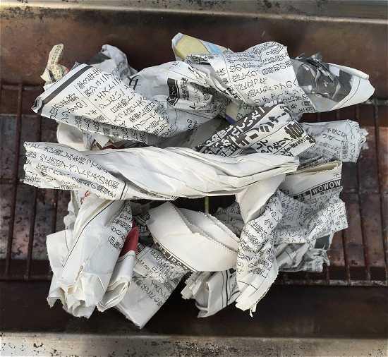 バーベキュー火おこし 新聞紙