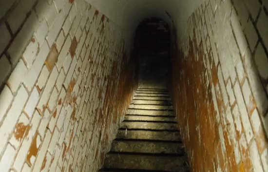 友が島 トンネル階段